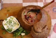 Assortiment de soupe dans des cuvettes avec des betteraves, oignon, cabage toute la fin d'ingradients de vegan vers le haut de ph photos stock