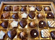 Assortiment der feinen Schweizer Schokolade stockbilder