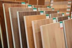 Assortiment des échantillons de plancher stratifiés photographie stock libre de droits