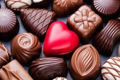Assortiment des bonbons au chocolat fins, du blanc, du noir, et du fond de bonbons à chocolat au lait Photos stock