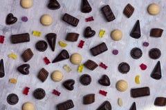 Assortiment des bonbons au chocolat fins, du blanc, du noir, et du chocolat au lait Photo libre de droits