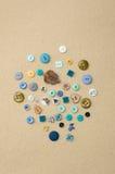 Assortiment des boutons d'habillement de diverses formes et tailles Photo libre de droits
