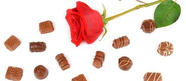 Assortiment des chocolats et de la rose de rouge d'isolement sur le backgrou blanc Photos libres de droits