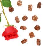 Assortiment des chocolats et de la rose de rouge d'isolement sur le backgrou blanc Image stock