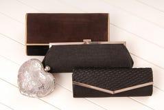 Assortiment des clutchs, sacs à main noirs d'élégance Photographie stock libre de droits