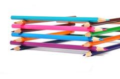Assortiment des crayons colorés au-dessus du blanc Images libres de droits