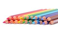 Assortiment des crayons colorés au-dessus du blanc Image stock