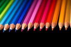 Assortiment des crayons colorés Les crayons de couleur arrangent dedans Image libre de droits