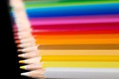 Assortiment des crayons colorés Les crayons de couleur arrangent dedans Image stock