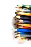 Assortiment des crayons colorés multi sur le blanc Images libres de droits