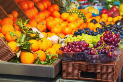 Assortiment des fruits au marché Photo stock