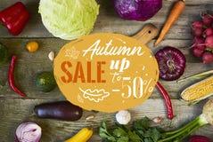 Assortiment des fruits frais et des légumes avec le panneau de cuttind dessus photos stock