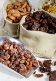 Assortiment des fruits secs dans la petite toile de sacs Image stock