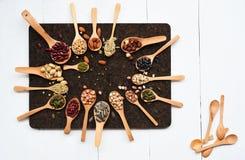 Assortiment des haricots et des lentilles dans la cuillère en bois Photo libre de droits