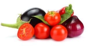 Assortiment des légumes crus frais d'isolement sur le fond blanc Tomate, aubergine, oignon, poivre de piment, ail, épices Image stock