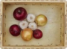 Assortiment des légumes frais dans une boîte en bois Images libres de droits