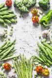 Assortiment des légumes organiques frais avec l'espace de copie sur un fond clair, vue supérieure L'asperge, brocoli, haricots ve photos stock