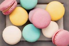 Assortiment des macarons colorés frais de différents goûts en plan rapproché de cadre en bois, vue supérieure, art doux abstrait  Image stock