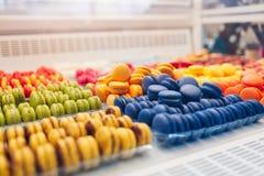 Assortiment des macarons color?s sur l'?talage de caf? Vari?t? de saveurs de macaron L'amande douce durcit dans le magasin image libre de droits