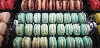 Assortiment des macarons dans un récipient en plastique en vente dans une pâtisserie images stock