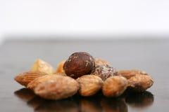 Assortiment des noix sur le fond noir Photographie stock libre de droits