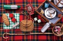 Assortiment des outils de pique-nique sur une couverture de tartan photographie stock libre de droits