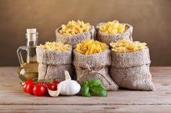 Assortiment des pâtes avec les ingrédients frais image libre de droits