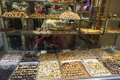 Assortiment des panellets dans une boutique de pâtisserie Image libre de droits