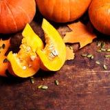 Assortiment des potirons d'automne avec des morceaux de potirons Photographie stock