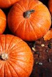 Assortiment des potirons d'automne Vue avec des potirons sur un en bois Images libres de droits