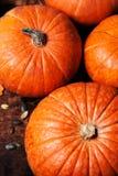 Assortiment des potirons d'automne Vue avec des potirons sur un t en bois Photo libre de droits