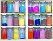 Assortiment des pots en verre sur des étagères dans la boutique de herbalist dans le marrake Photographie stock libre de droits