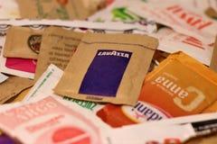 Assortiment des sachets blancs et de sucre roux images stock