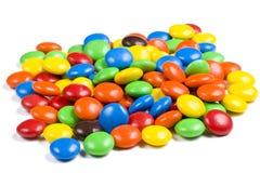 Assortiment des sucreries de chocolat colorées sur le blanc Photos stock
