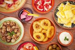 Assortiment des tapas et de la sangria espagnols sur une table rustique Images stock