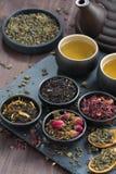 Assortiment des thés secs parfumés et du thé vert, vue supérieure photos libres de droits