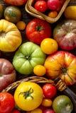 Assortiment des tomates fraîches d'héritage photo stock