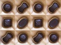 Assortiment doux de bonbons au chocolat dans un plan rapproché de boîte Vue supérieure Photographie stock libre de droits