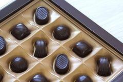 Assortiment doux de bonbons au chocolat dans un plan rapproché de boîte Vue supérieure Images libres de droits