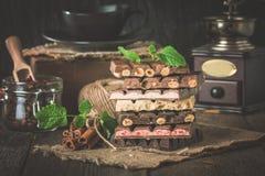 Assortiment du chocolat blanc, foncé, et au lait photos stock