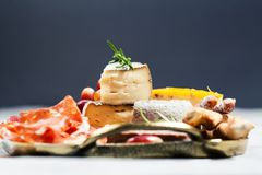 Assortiment, fromage et raisins de Charcuterie photo stock