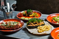 Assortiment gastronome de farines de viande Vue de c?t? sur la table de restaurant avec le menu du hot-dog savoureux, nervures de images libres de droits