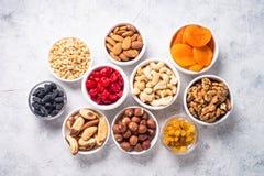 Assortiment Nuts et sec de fruits sur la vue supérieure en pierre de table Images stock