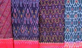 Assortiment sarongs voor verkoop stock afbeelding