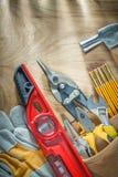 Assortiment van bouw het bewerken in de riem van het leerhulpmiddel op woode royalty-vrije stock foto's