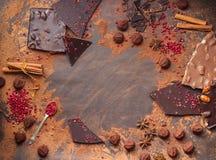 Assortiment van chocoladerepen, truffels, kruiden en cacaopoeder royalty-vrije stock foto's