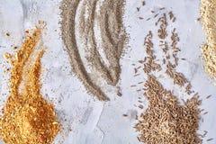 Assortiment van de kruiden van het grondpoeder op witte achtergrond, hoogste-mening, close-up, macro, ondiepe diepte van gebied royalty-vrije stock afbeeldingen