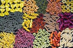 Assortiment van deegwaren Verschillende soorten macaroni Kleurrijk, rood, stock afbeelding