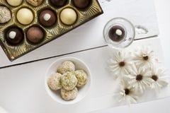 Assortiment van Desserttruffels op wit Stock Fotografie