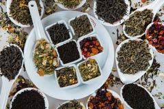 Assortiment van droge thee Diverse soorten thee die op wit worden geïsoleerd Verschillende soorten theebladen Theesamenstelling m Royalty-vrije Stock Afbeelding